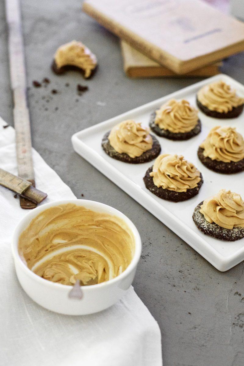 peanutbuttercream_glutenfree_cookies_yellowmood_hannamarirahkonen (3)