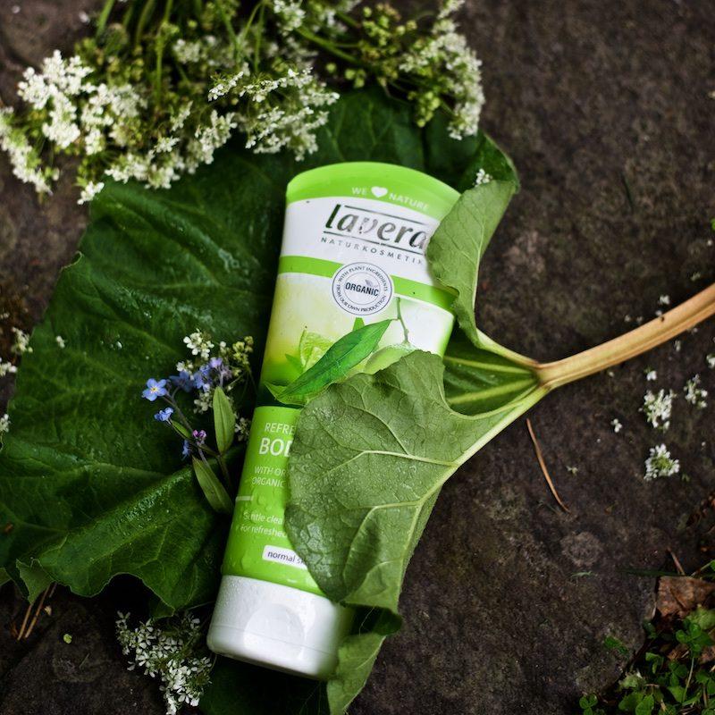 Laveran Lime -suihkugeeli luonnonkosmetiikan suihkugeelien aatelia. Ei kuivata ihoa.