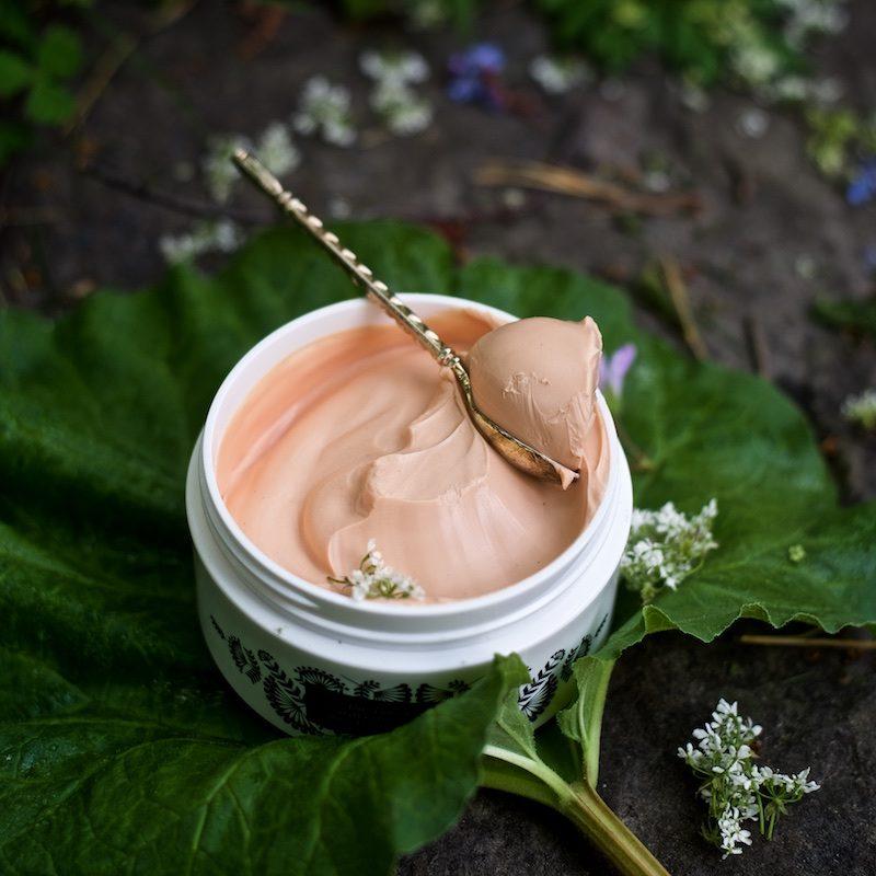 Noora Shinglerin ja Bádaran pihlajavoide tehokosteuttaa ja tuoksuu ihanalta.